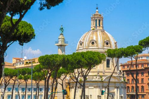 Widok na historycznym kościół w Rzym, Włochy na słonecznym dniu.