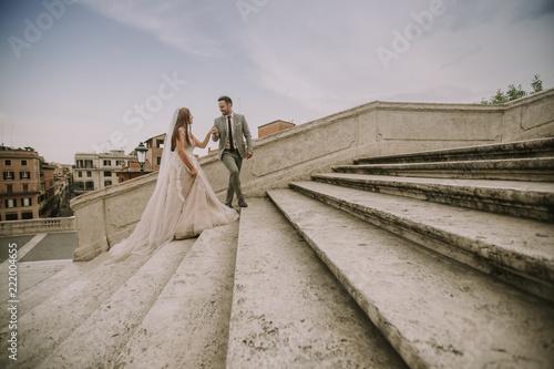 Młoda ślub para na Hiszpańskich schodkach w Rzym, Włochy