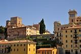 Case colorate del centro storico antico con cielo azzurro nella città turistica di Bassano del Grappa in Italia - 222022285