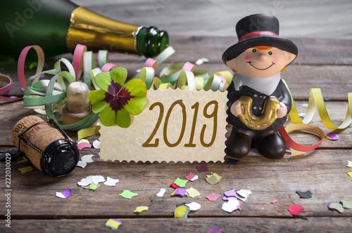Leinwanddruck Bild Silvesterkarte mit Konfetti Kleeblatt und Schornsteinfeger 2019 Happy New Year Frohes neues Jahr