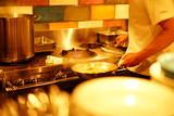 調理する男性