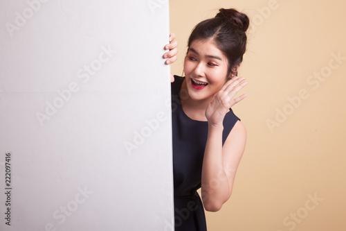 Z podnieceniem młoda Azjatycka kobieta z puste miejsce znakiem.