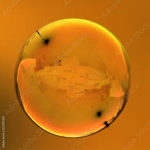 Bąbelki mydła na złotym tle
