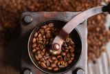 コーヒー豆とコーヒーミル - 222126423