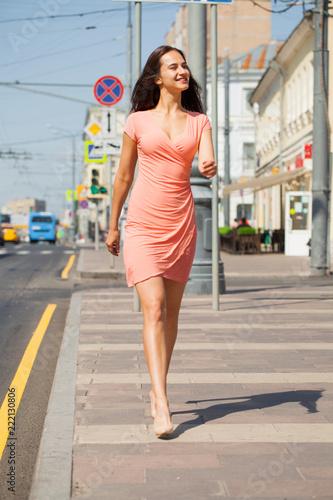 Portret w pełny wzrost, młoda piękna brunetka kobieta w różowej sukience
