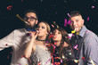 Leinwanddruck Bild - Friends blowing party whistles