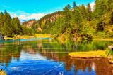 Panoramica di un lago in autunno sulle Alpi - 222181405