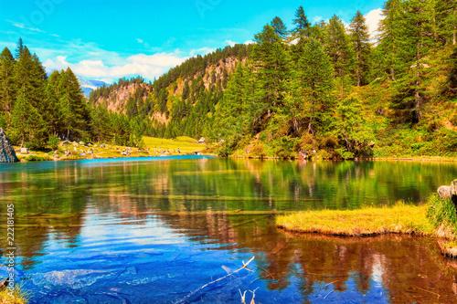 Panoramica di un lago in autunno sulle Alpi