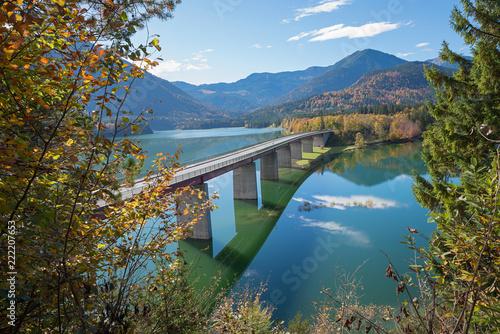 Sticker Brücke ins Karwendelgebirge, über den Sylvensteinstausee, im Herbst