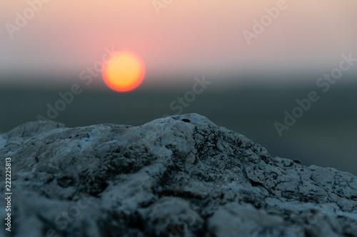 Couché de soleil et pierre - 222225813