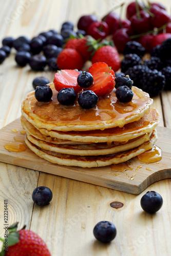 Poster dessert pancake con fragole e frutti di bosco