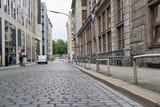 Leere Straße mit Pflastersteinen und Bordstein - 222272412