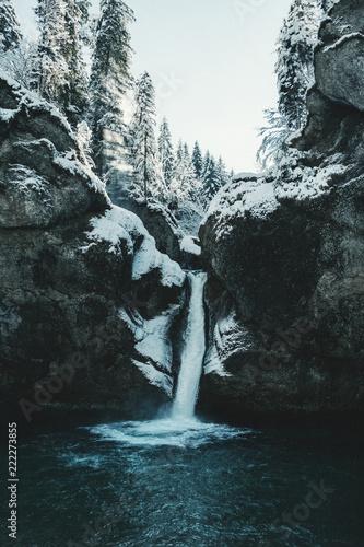 Winterliche Stimmung zum Sonnenaufgang an den Buchenegger Wasserfällen in Bayern  - 222273855