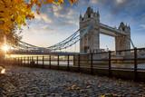 London im Herbst: Blick auf die Tower Bridge bei goldenem Sonnenaufgang