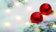 Leinwanddruck Bild - Rote Weihnachtskugeln im Schnee mit magischen Lichtern