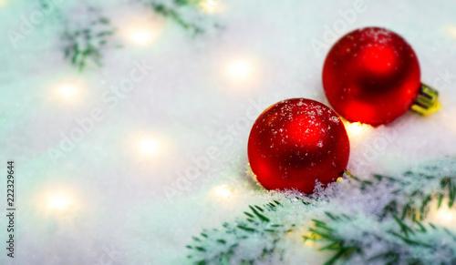 Leinwanddruck Bild Rote Weihnachtskugeln im Schnee mit magischen Lichtern
