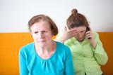 Seniorin und ihre Tochter am Telefonieren - 222337891