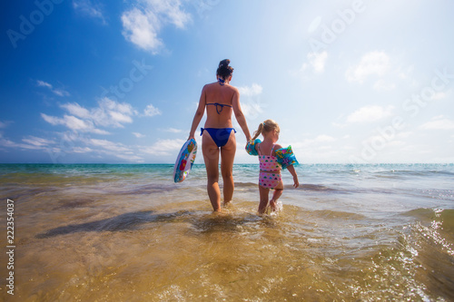 Foto Murales Woman and kid in the sea