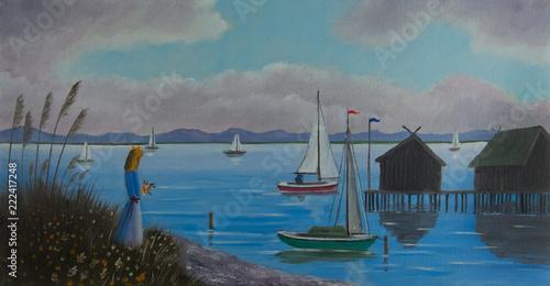 Leinwanddruck Bild Frau steht am Ufer von einem See mit Seegelbooten