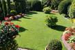 Gepflegte Gartenanlage mit Rasen und Blumen