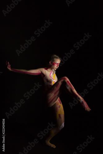 Mujer joven haciendo danza contemporánea