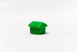 Zielony dom na białym tle