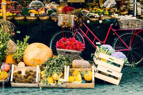 Rolny rynek uliczny w mieście Rzym. Warzywa, owoce, produkty organiczne w centrum Roma. Sobota specjalna sprzedaż.