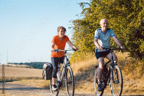 Senioren Paar fährt Fahrrad für bessere Fitness als Sport