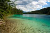 Glasklarer See in den kanadischen Rocky Mountains - 222528436