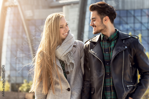 Leinwanddruck Bild Young couple dating in the city.