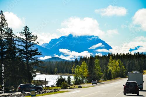 秋のカナディアンロッキー アイスフィールド・パークウェイを走る車とアサバスカ川(カナダ・アルバータ州)