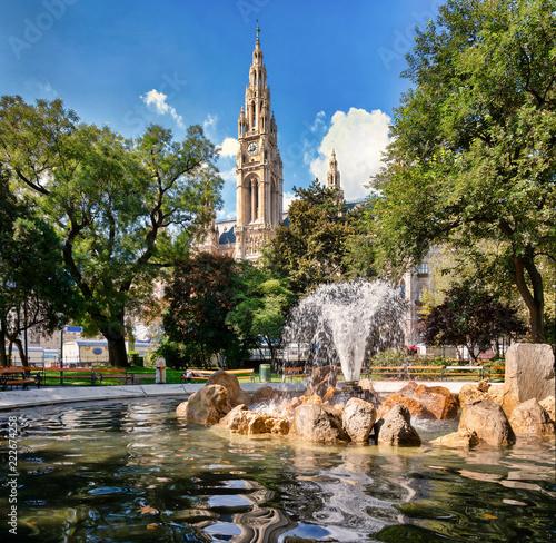 Leinwanddruck Bild Blick auf das Rathaus mit Springbrunnen im Vordergrund