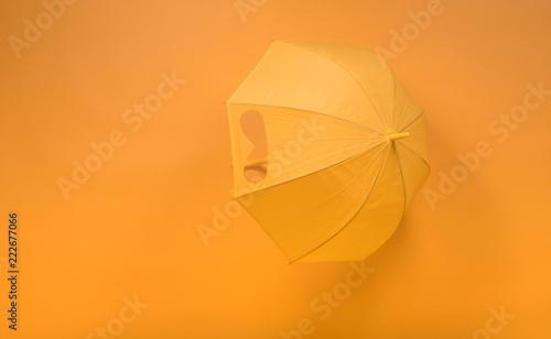 żółty parasol na żółtym tle