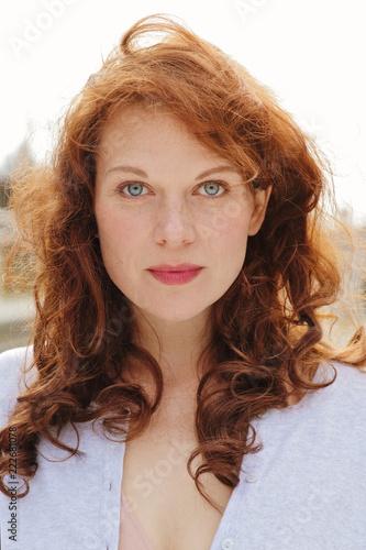 Foto Murales jolie jeune femme rousse souriante au soleil d'automne