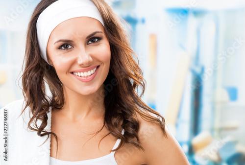 Młoda uśmiechnięta kobieta przy sprawności fizycznej klubem
