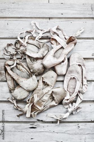 Fotografia di vecchie e usate scarpette da ballo danza classica. - 222771470