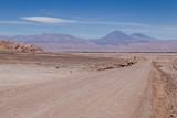 Route de la Vallée de la lune au Chili Désert d'Atacama paysage lunaire volcans - 222775418