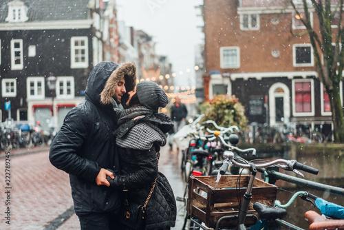 Foto Murales guy and girl in the street in the rain