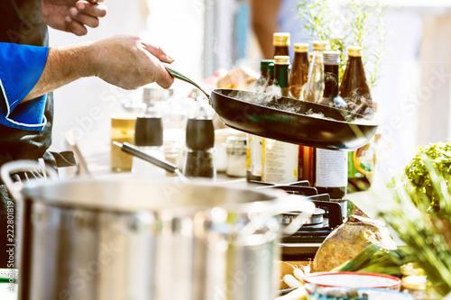 Koch in der Küche Kocht Leckeres Essen © karepa