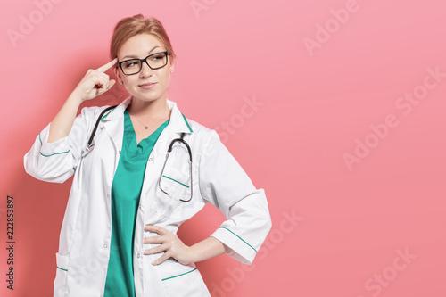 Młoda kobieta lekarz rozwiązuje problem. Zdjęcie z copyspace dla tekstu.