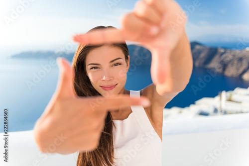 Piękna młodej kobiety otoczka twarz z rękami dla fotografia portreta. Azjatyckie piękno chiński model kaukaski w lecie w tle. Wakacje w Europie podróży, luksusowe wakacje na Santorini Grecja.