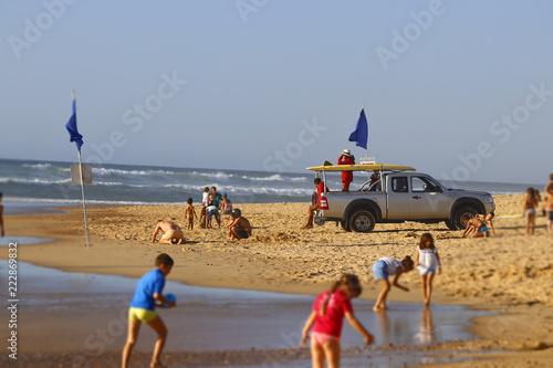 Surveillance à la plage - 222869832