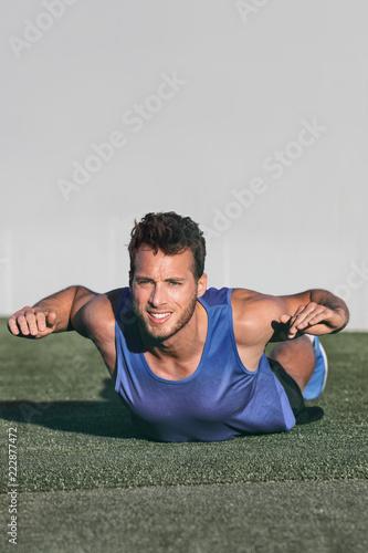 Fitness lekkoatletka demonstracja powrót ćwiczenia łatwy trening dla początkujących dla treningu siłowego mięśni robi ćwiczenia masy ciała supermana z ramionami i nogami wyciągów.