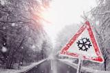 warnschild wegen dem Schneefall - 222883838