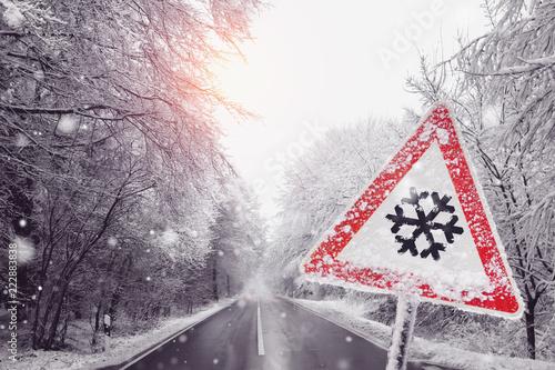 warnschild wegen dem Schneefall