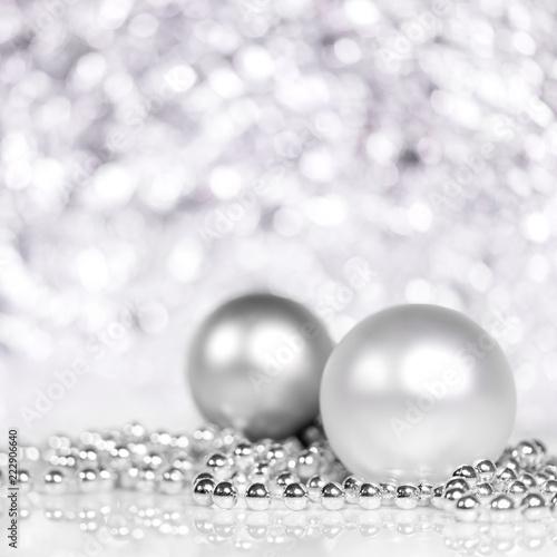Świąteczne bombki i perły w srebrnym i białym, błyszczącym tle