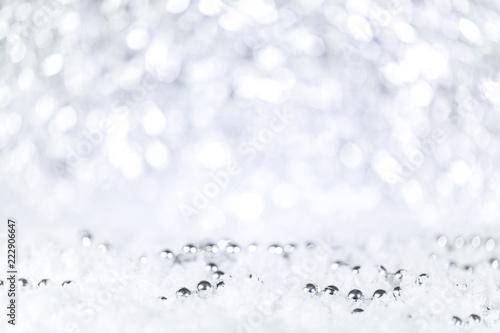 Świąteczne tło w kolorze srebrnym i białym ze śniegiem i perłami