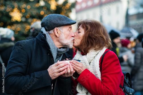 Leinwanddruck Bild Senior couple on an outdoor Christmas market.