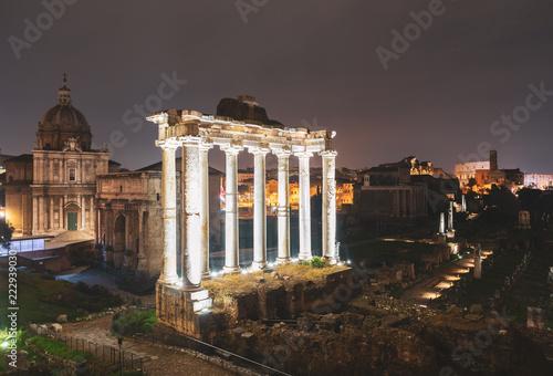 Rzymskie ruiny oświetlone nocą