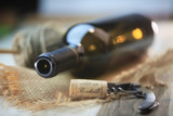 bouteille de vin rouge sur une table en bois - 222994661